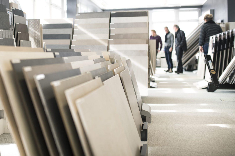 Auf einer Fläche von 500 Quadratmetern stellen wir über 6.000 unterschiedliche Artikel unseres Fliesenhandels in unserer Fliesenausstellung in Grünwald bei München vor.