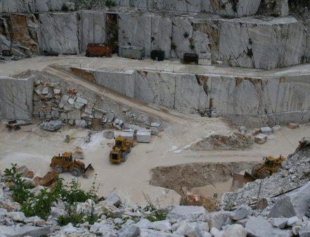 Marmorsteinbruch bei Carrara. Quelle: wikimedia.org