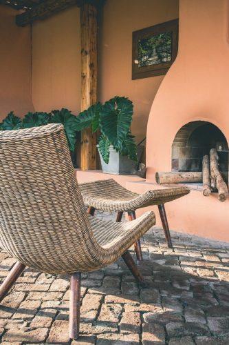 Modernste Methoden der Farb- und Formgebung lassen Fliesen für den Außenbereich auch in besonderen Optiken zu. Erhältlich sind Fliesen, die täuschend echt wie Naturstein, Holz oder Beton aussehen.