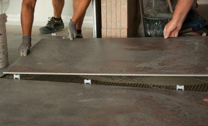 Durch die beachtenswerte Dünne (3mm) des Materials, gilt Kerlite als besonders leicht zu schneiden und zu verlegen. Quelle: unsplash.com